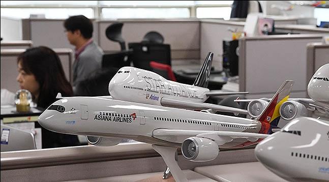 아시아나항공 인수전에 3곳의 후보가 뛰어든 가운데 사실상 구도는 애경그룹과 HDC현대산업개발간의 2파전으로 압축된 가운데 HDC현대산업개발 컨소시엄이 유력 후보로 부상하는 모양새다. 사진은 서울 강서구 아시아나항공 본사에서 직원들이 업무를 보고 있는 모습.(자료사진)ⓒ데일리안