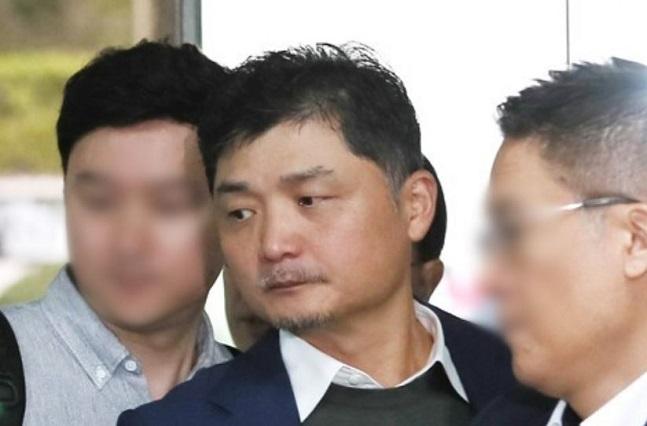 공정거래법 위반 혐의로 기소된 김범수 카카오 의장이 지난달 25일 서울 서초구 서울중앙지법에서 열린 2심 첫 재판에 출석하기 위해 법정으로 향하고 있다.ⓒ연합뉴스