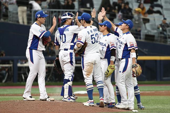 7일 오후 서울 구로구 고척스카이돔에서 열린 2019 WBSC 프리미어12 예선 C조 대한민국과 쿠바의 경기에서 쿠바를 7대0으로 꺾으며 승리한 한국 야구대표팀 선수들이 하이파이브를 하고 있다. ⓒ데일리안 홍금표 기자