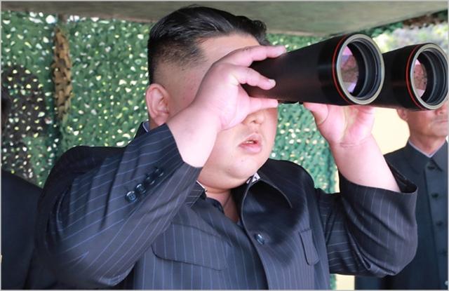 최근 동해상에서 북방 한계선을 넘어온 북한 선원 2명을 북한으로 추방한 사건도 북한 눈치보기의 연장선상에 있다는 지적이다.(자료사진)ⓒ노동신문