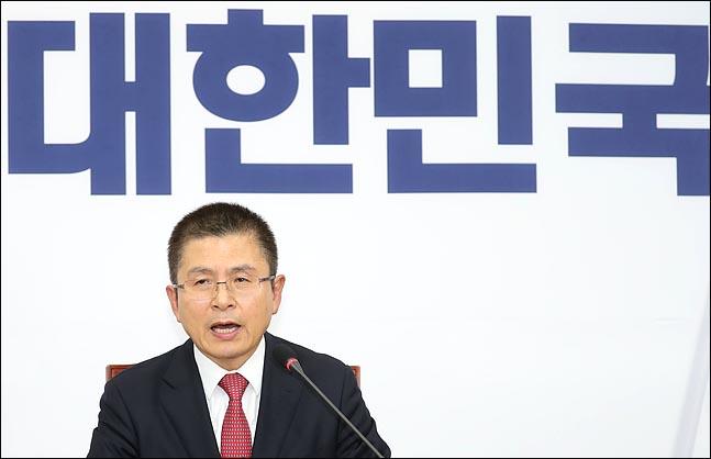 황교안 자유한국당 대표가 6일 오후 국회에서 보수대통합과 관련해 기자회견을 하고 있다. 황 대표는 '자유우파 통합협의기구' 구성을 제안했다. ⓒ데일리안 박항구 기자