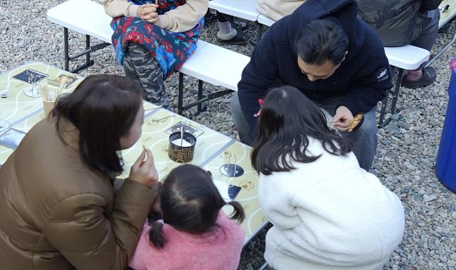 지난 주말 14번째 쌍용패밀리데이(SFD) 포레스트 힐링 캠프에 참가한 가족이 추억의 간식 달고나 만들기 체험을 하고 있는 모습. ⓒ쌍용자동차