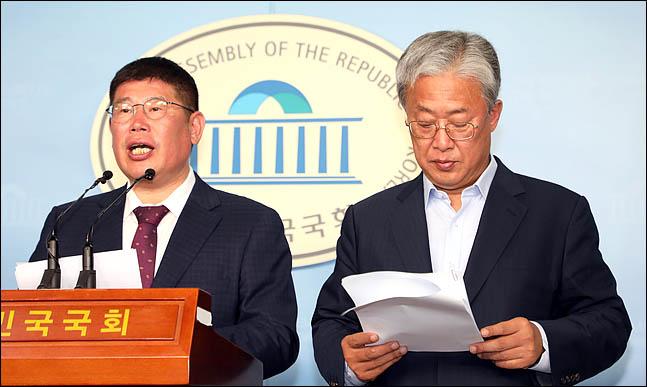 왼쪽부터 무소속 김경진 의원, 대안신당 유성엽 대표. 지난 6월 20일 국회 정론관에서