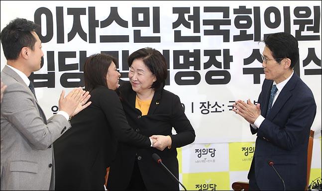 심상정 정의당 의원이 11일 오전 국회에서 열린 이자스민 전 의원 입당식에서 이자스민 의원을 끌어안고 있다. ⓒ데일리안 박항구 기자