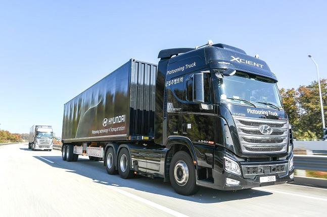 고속도로를 나란히 군집주행으로 달리고 있는 현대차 엑시언트 자율주행트럭의 모습. ⓒ현대자동차