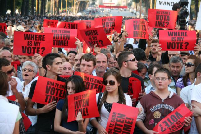 """알바니아 국민들이 준연동형 비례대표제에 항의해 """"내 표가 어디로 간거냐(WHERE IS MY VOTE)""""라는 손피켓을 들고 시위에 나서고 있다(자료사진). ⓒ뉴시스"""