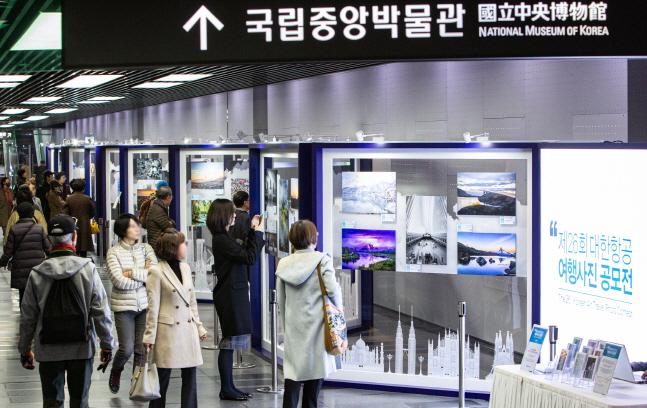 대한항공은 내달 2일까지 서울 용산구 소재 국립중앙박물관 나들길에서 국내 최고 권위의 여행사진 공모전인 '제26회 대한항공 여행사진 공모전' 전시회를 개최한다. 사진은 12일 일반 시민들이 전시된 작품사진을 둘러보고 있는 모습.ⓒ대한항공