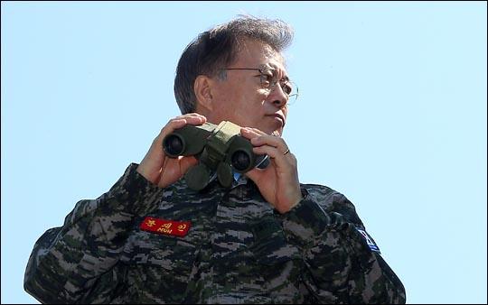 문재인 대통령이 새정치민주연합 대표 시절이었던 2015년 9월 연평도 연평부대를 방문해 부대상황을 보고받은 후 망원경으로 북한 지역을 확인하고 있다. ⓒ국회 사진공동취재단