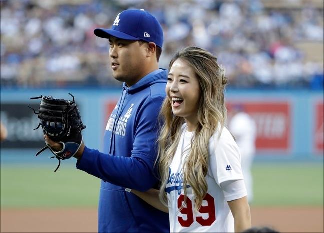 류현진이 부인 배지현 전 아나운서와 다저스타디움 행사에 참석했다.  ⓒ 뉴시스