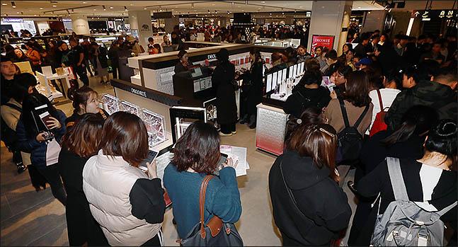 현대백화점면세점 무역센터점 화장품 매장이 고객들로 붐비고 있다.ⓒ데일리안
