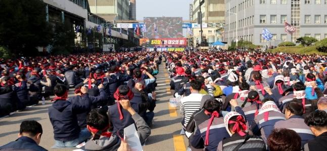현대제철 노동조합이 10월 16일 오후 충남 당진시 송악읍 당진제철소에서 파업 결의대회를 열고 임금 인상을 촉구하고 있다. 결의대회에는 현대제철 전국 6개 공장 노조원 5천여명이 참석했다.ⓒ연합뉴스