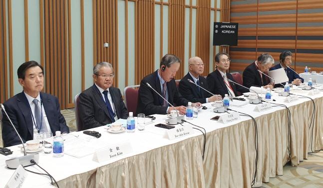 허창수 전국경제인연합회 회장(왼쪽에서 세번째)이 15일 일본 도쿄 경단련회관에서 개최된