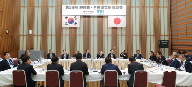 15일 일본 도쿄 경단련회관에서 개최된 제28회 한일재계회의에 참석한 한국과 일본 경제계 인사들이 얼어붙은 양국 경제관계의 정상화 방안과 미래지향적 한일 협력방안에 대해 논의하고 있다.ⓒ전국경제인연합회