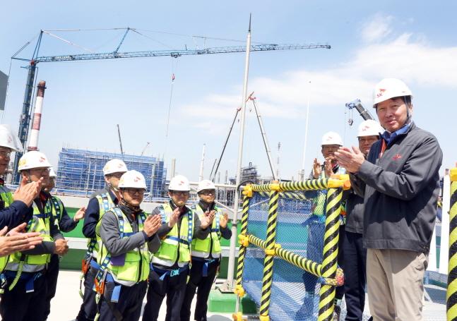 최태원 SK그룹 회장(오른쪽 첫 번째)이 지난 4월 17일 SK에너지 울산CLX VRDS 신설 현장을 방문해 구성원들을 격려하고 안전시공을 당부하고 있다.ⓒSK이노베이션