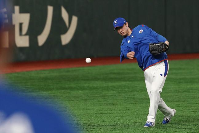 14일 오전 일본 도쿄돔에서 진행된 2019 WBSC 프리미어12 슈퍼라운드 공식 훈련에서 한국 야구대표팀 박종훈이 훈련을 하고 있다. ⓒ데일리안 홍금표 기자