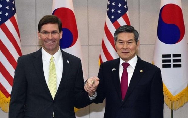 정경두 국방부 장관과 마크 에스퍼 미국 국방부 장관이 15일 서울 용산구 국방부에서 열린 제51차 한미안보협의회에 앞서 기념촬영을 하고 있다.ⓒ뉴시스