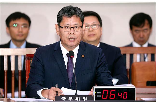 김연철 통일부 장관이 15일 국회에서 열린 국회 외교통일위원회 전체회의에 출석해 흉악범죄 북한주민 추방과 관련한 의원들의 질의에 답변하고 있다. ⓒ데일리안 박항구 기자