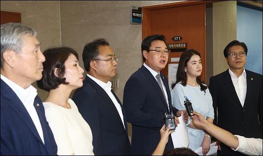 김성원 자유한국당 대변인(사진 가운데)이 16일 문재인정부를 향해 북한인권 문제에 눈을 감고 있다고 엄중한 비판을 가했다. ⓒ데일리안