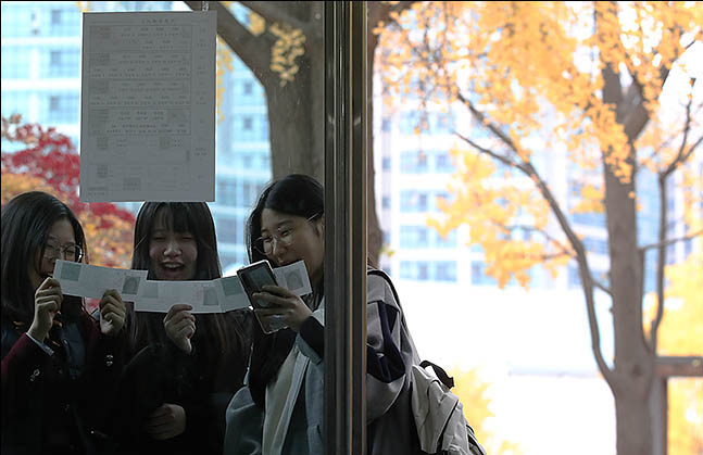 2020학년도 대학수학능력시험을 하루 앞둔 13일 오전 서울 중구 이화여자고등학교에 수험생들이 예비소집에 참석해 시험장을 확인하고 있다. ⓒ데일리안 류영주 기자