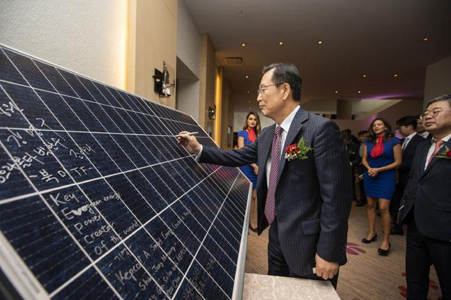 김종갑 한전 사장이 14일(현지시간) 멕시코시티에서 열린 태양광 발전소 착공식에서 태양광 패널에 기념 사인을 하고 있다. ⓒ한국전력