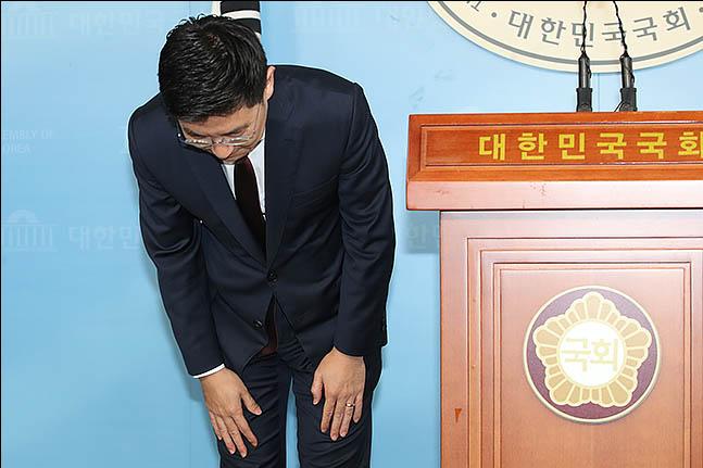 김세연 자유한국당 의원이 17일 오전 국회에서 긴급기자회견을 열어 자신의 내년 총선 불출마 선언과 함께, 황교안 대표·나경원 원내대표를 포함한 한국당 현역 정치인의 전원 용퇴와 당의 해체 후 재창당을 제안하고 있다. ⓒ데일리안 류영주 기자