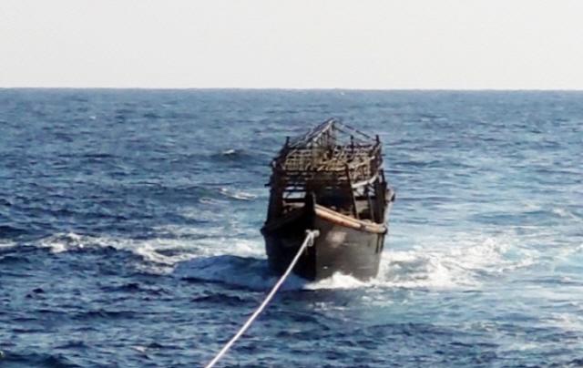 지난 8일 오후 해군이 동해상에서 북한 오징어잡이 목선을 동해 NLL 해역에서 북측에 인계했다. 이 목선은 16명의 동료 선원을 살해하고 도피 중 군 당국에 나포된 북한 주민 2명이 타고 있던 배다. ⓒ통일부 제공