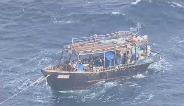 동해상에서 표류하다 해경에 예인되는 북한 어선(자료사진) ⓒ뉴시스