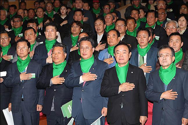 17일 오후 서울 여의도 국회 의원회관에서 열린 대안신당 창당 발기인대회에서 참석자들이 국민의례를 하고 있다. ⓒ데일리안 류영주 기자