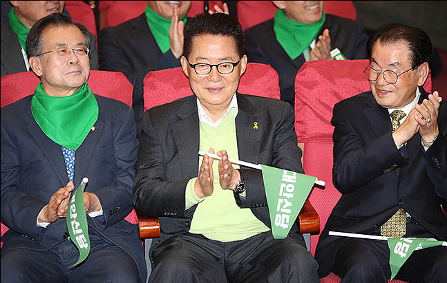 17일 오후 의원회관에서 열린 대안신당 창당발기인대회에 참석한 박지원 의원이 박수를 치고 있다. ⓒ데일리안 류영주 기자