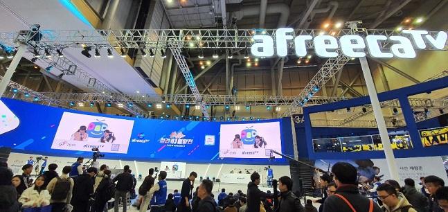 지난 15일 부산 벡스코에서 열린 '지스타(G-STAR) 2019' 아프리카TV 부스에서 게임 생중계가 진행되고 있다.ⓒ데일리안 김은경 기자