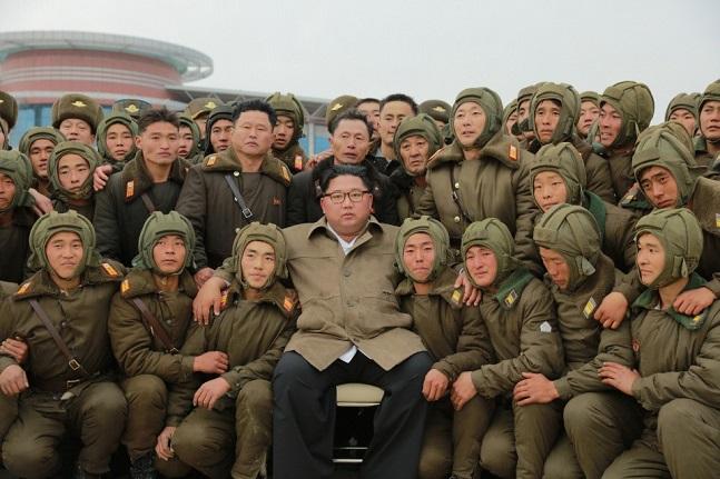 """북한 기관지는 """"김정은 국무위원장이 조선인민군 항공 및 반항공군 저격병구분대들의 강하훈련을 지도했다""""고 18일 보도했다. ⓒ노동신문"""