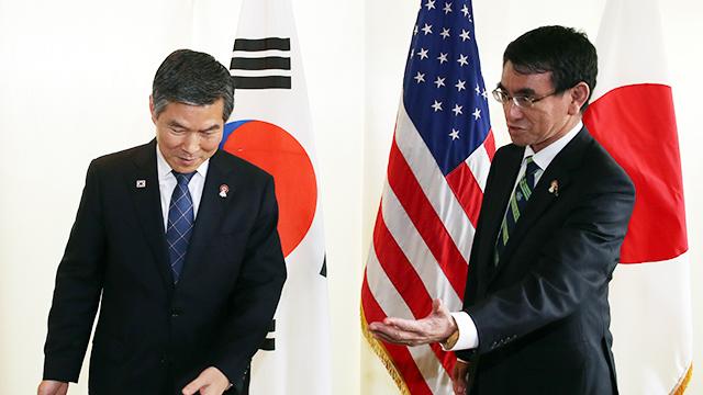 왼쪽부터 정경두 국방부 장관과 고노 다로(河野太郞) 일본 방위상. ⓒ연합뉴스