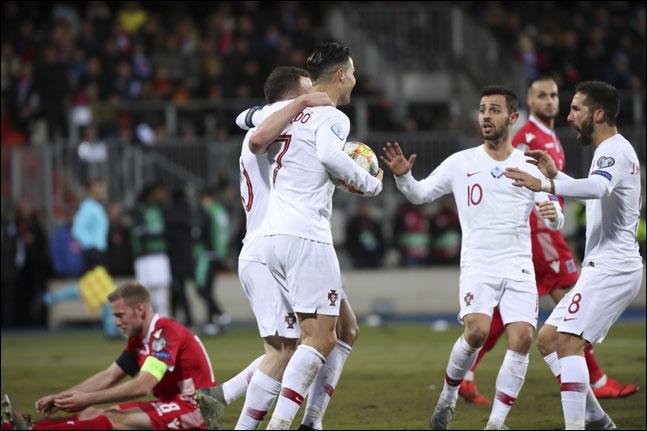 룩셈부르크를 상대로 득점포를 가동한 호날두가 팀 동료들과 함께 기뻐하고 있다. ⓒ 뉴시스