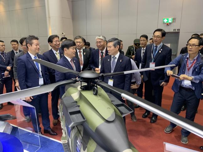 최상열 한국항공우주산업(KAI) 전무(앞줄 왼쪽에서 두 번째)가 18일 태국 방콕에서 개최된 방산전시회