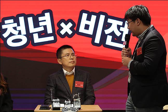 황교안 자유한국당 대표가 19일 오후 서울 마포구 홍대의 한 카페에서