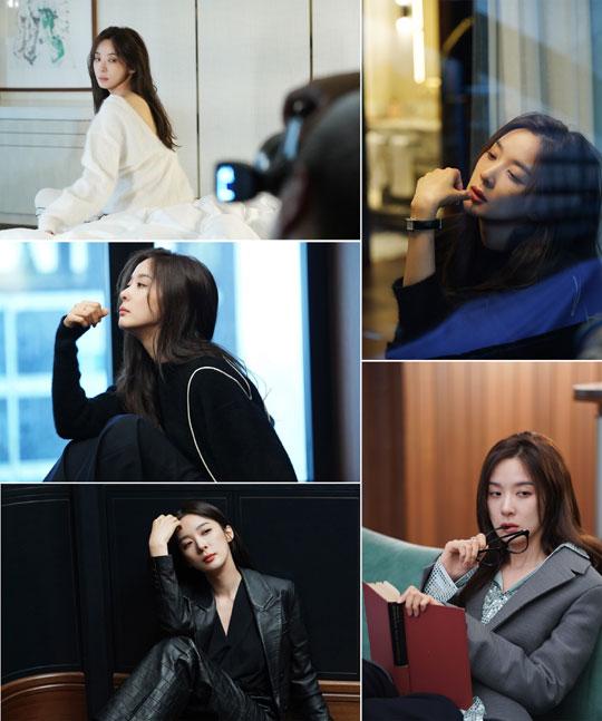 배우 이청아의 독보적인 아우라가 담긴 화보 비하인드 컷이 공개됐다.ⓒ노블레스 맨