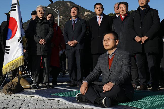 황교안 자유한국당 대표가 20일 오후 서울 종로구 청와대 앞 분수대 광장에서 대국민 호소문을 발표한 후 자리에 앉아 단식을 시작하고 있다. ⓒ데일리안 홍금표 기자