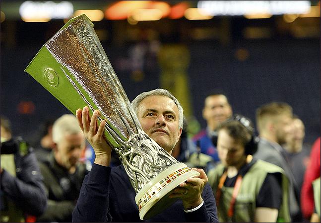 무리뉴 감독이 마지막으로 들어 올린 트로피는 2016-17시즌 UEFA 유로파리그다. ⓒ 뉴시스