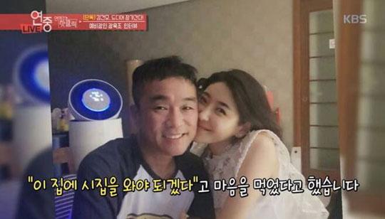 최근 결혼식을 미룬 가수 김건모와 피아니스트 장지연이 혼인신고를 마치고 법적으로 부부가 됐다.방송 캡처