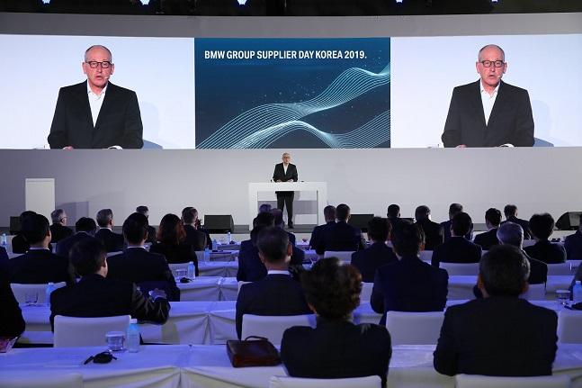 안드레아스 벤트 BMW 그룹 구매 및 협력사 네트워크 총괄이 기조연설을 하고 있다. ⓒBMW코리아