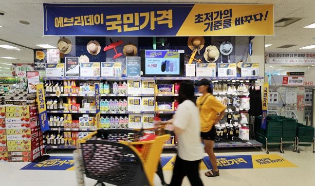 올해에 이어 내년에도 유통산업 경기가 부진할 것이란 전망이 우세한 가운데 롯데, 신세계, CJ 등 한국을 대표하는 유통업체들이 연말 임원인사 및 조직개편을 앞두고 분주히 움직이고 있다.ⓒ이마트