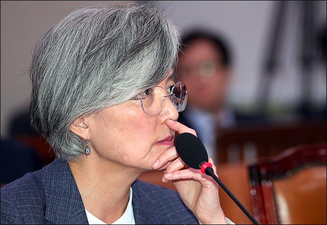 강경화 외교부 장관이 21일 국회에서 열린 외교통일위원회 전체회의에서 의원들의 질의를 듣고 있다. ⓒ데일리안 박항구 기자