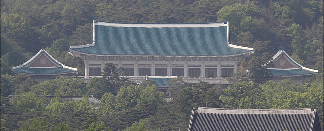 청와대는 21일 문재인 대통령이 지난 5일 김정은 북한 국무위원장에게 부산에서 열리는 한·아세안 특별정상회의에 참석해줄 것을 요청하는 서한을 보냈다고 밝혔다.(자료사진)ⓒ데일리안
