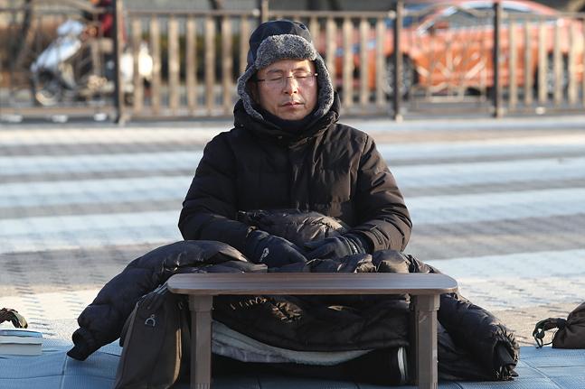 사흘째 단식을 이어가고 있는 황교안 자유한국당 대표가 22일 오전 서울 종로구 청와대 앞 분수대광장에서 자리를 잡고 앉아 있다. ⓒ데일리안 홍금표 기자
