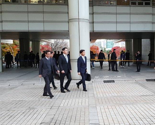 이재용 삼성전자 부회장이 22일 오후 서울 서초동 서울고등법원에서 열린 국정농단 재판 파기환송심 2차 공판을 마치고 법원을 빠져나가고 있다.ⓒ데일리안 이도영 기자
