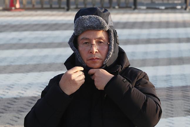 사흘째 단식을 이어가고 있는 황교안 자유한국당 대표가 22일 오전 서울 종로구 청와대 앞 분수대광장에서 자리를 잡고 앉아 모자를 착용하고 있다. ⓒ데일리안 홍금표 기자