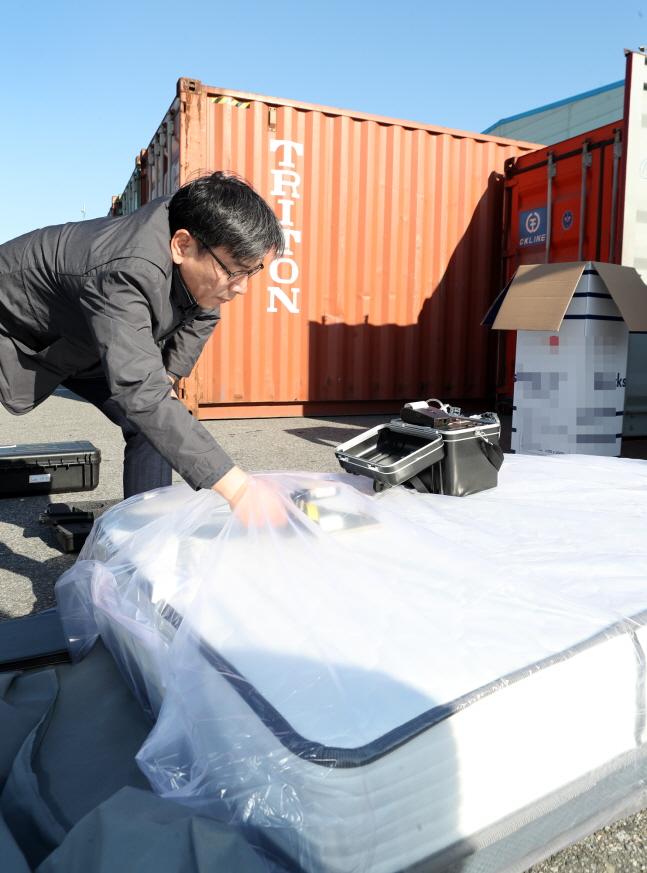 엄재식 원자력안전위원장이 28일 인천세관, 인천신항 등을 방문해 수입 가공제품에 대한 방사선 검사를 하고 있다.ⓒ원자력안전위원회