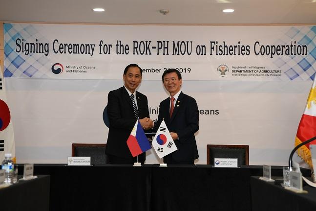 지난 26일 문성혁 해양수산부 장관과 필리핀 윌리엄 달(William D. Dar) 농업부 장관이 '한-필리핀 수산협력을 위한 양해각서(MOU)'를 체결하고 있다.@해양수산부