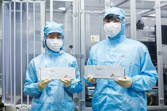 SK이노베이션 연구원이 전기차용 배터리 셀을 들어보이고 있다.ⓒSK이노베이션