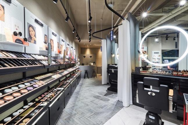 아모레퍼시픽은 토탈 뷰티 솔루션 매장 아리따움(ARITAUM)이 '프로 메이크업 스튜디오'를 신규 론칭한다고 2일 밝혔다. ⓒ아모레퍼시픽